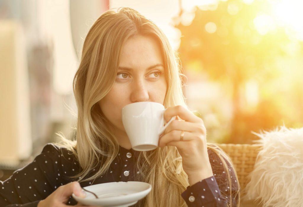 Ako zaspať? Nepite kávu v neskorých hodinách, žena so šálkou kávy