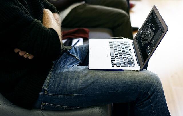 Notebook na kolenách