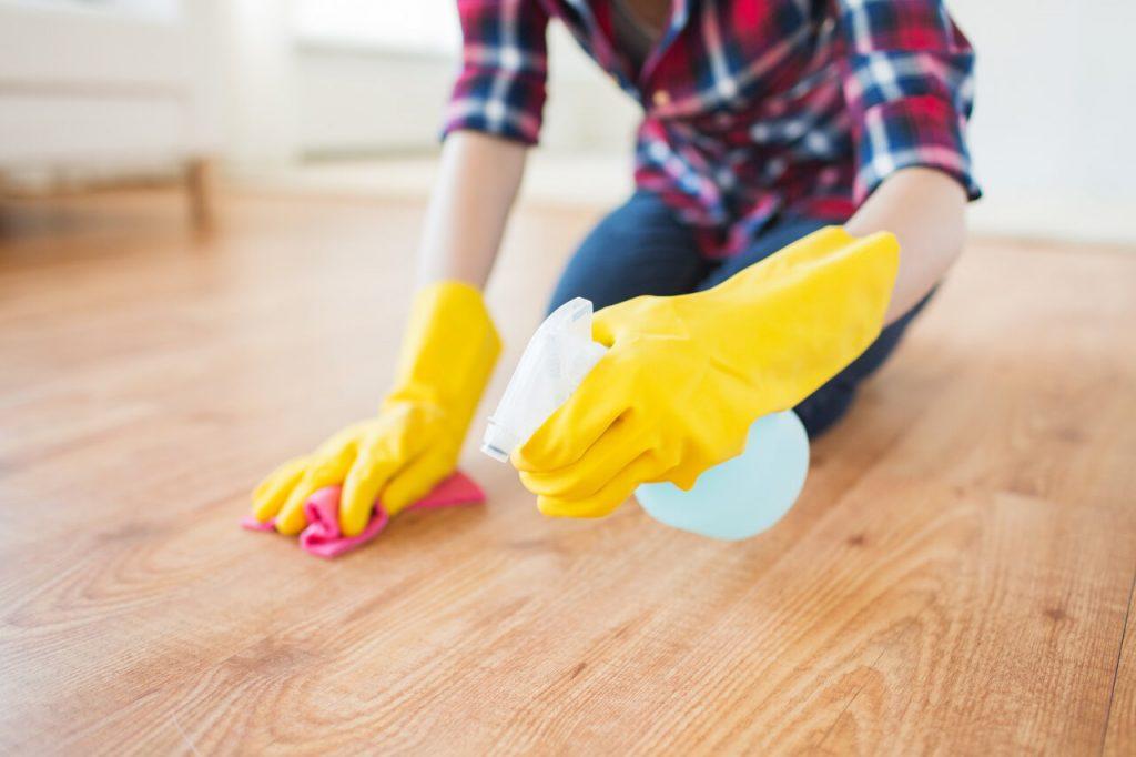 Pri umývaní riadu a inom upratovaní noste gumené rukavice