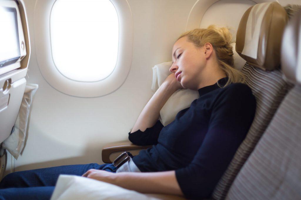 Zmena denného rozvrhu, cestovanie lietadlom a jeho vplyv na meškanie menštruácie