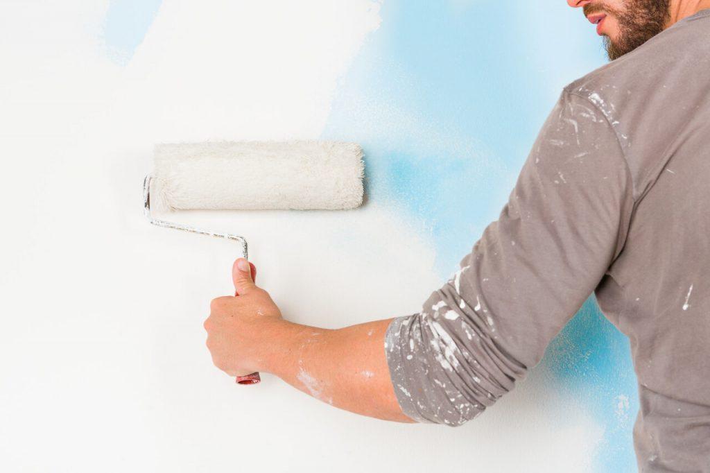 Tenisový lakeť môže postihnuť aj maliarov
