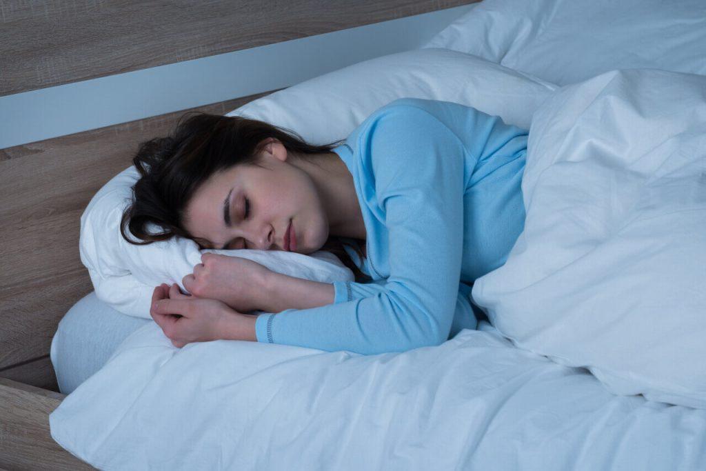 Spánok, dostatok oddychu, spiaca žena