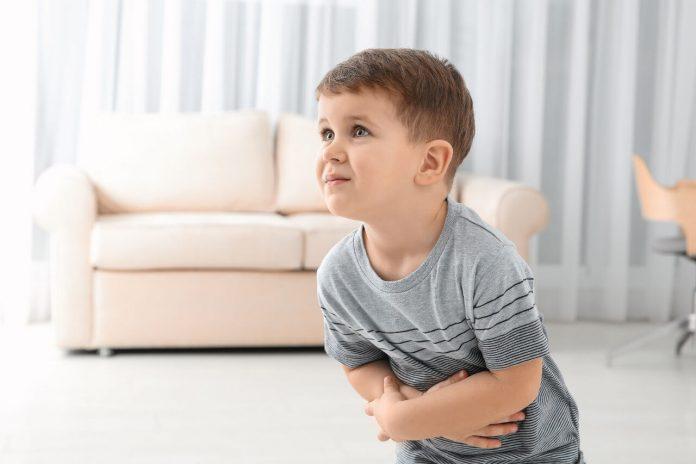 Hnačka u detí, bolesť brucha, malý chlapec