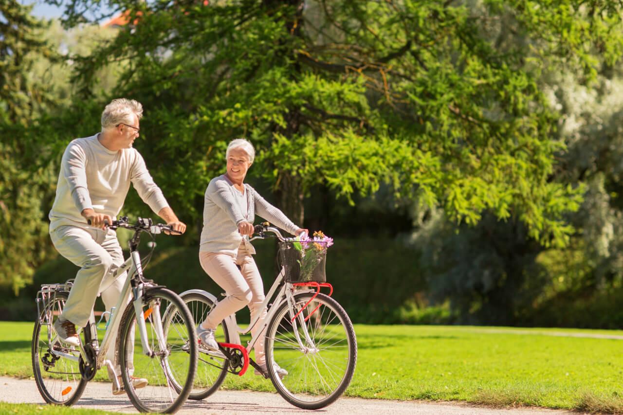 Artróza kolena - vhodná liečba je bicyklovanie, pár seniorov na bicykloch