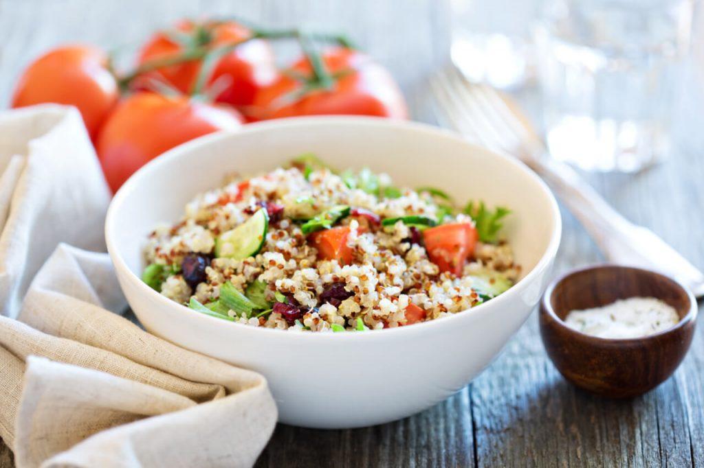 Zeleninový quinoa šalát s avokádom - vegetarianske jedlá (zeleninové recepty)